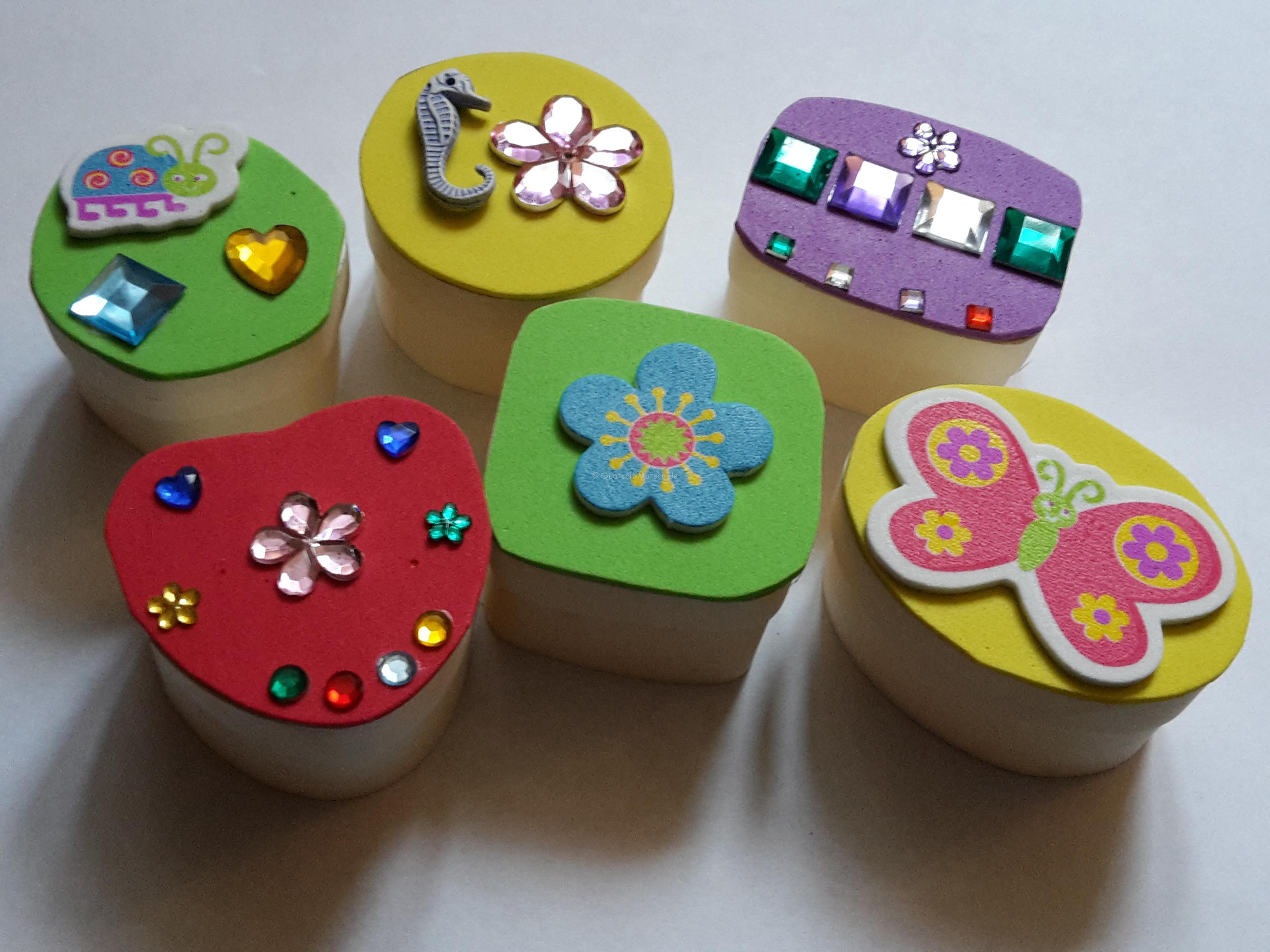 Schachteln mit Moosgummi dekorieren