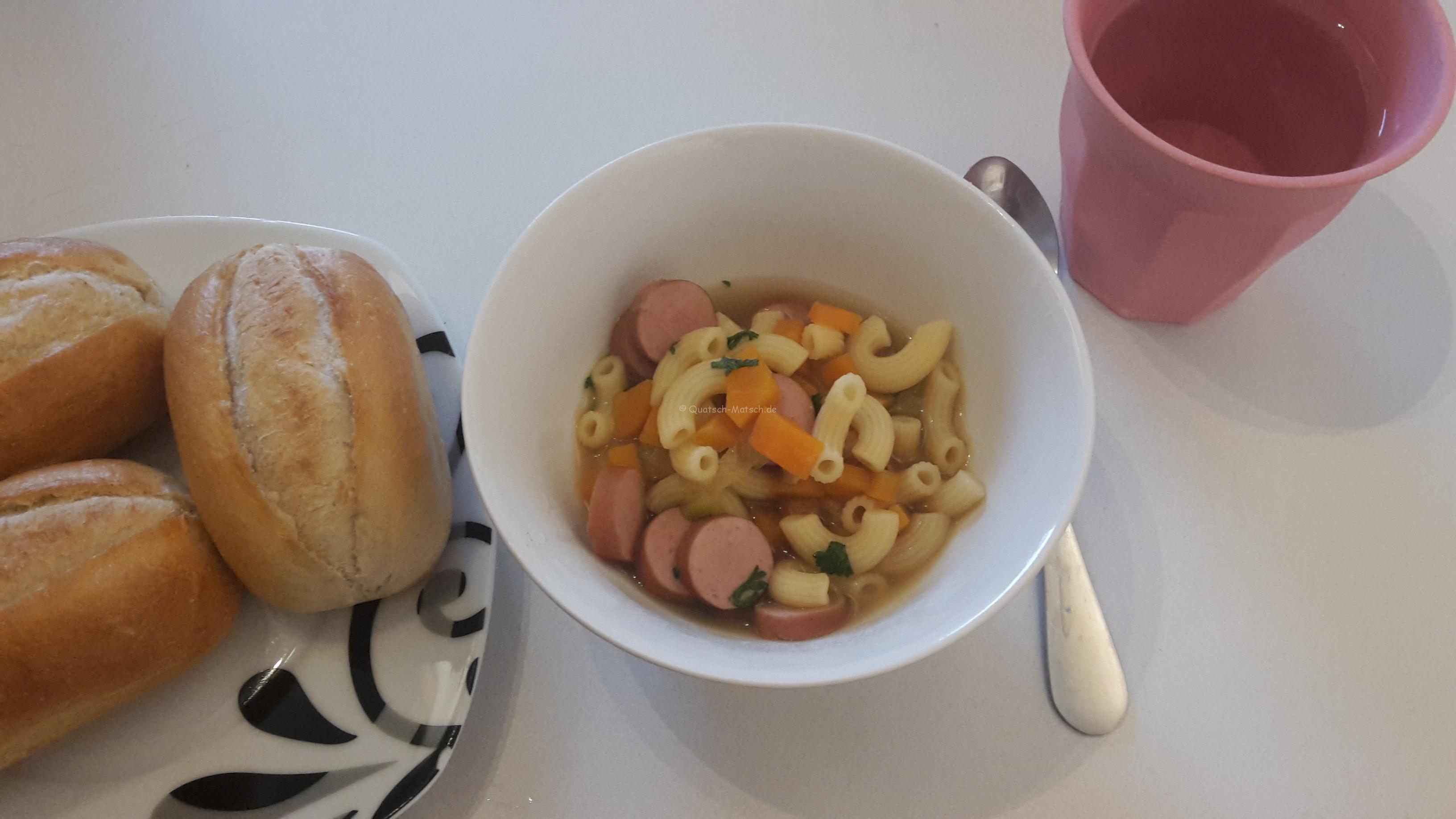 Gemüsesuppe mit Nudeln und Würstchen