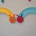 Raupen aus Papptellern – Basteln mit Kindern