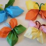 Bunte Schmetterlinge aus Papier basteln