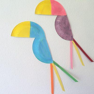 Papagei aus Pappteller – Basteln mit Kindern