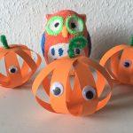 Kürbisse aus Papierstreifen – Basteln mit Kindern