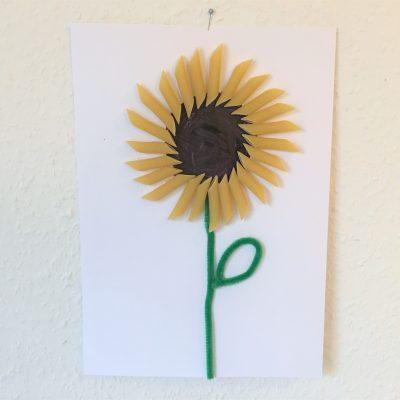Sonnenblumen aus Nudeln – Herbstbasteln mit Kindern