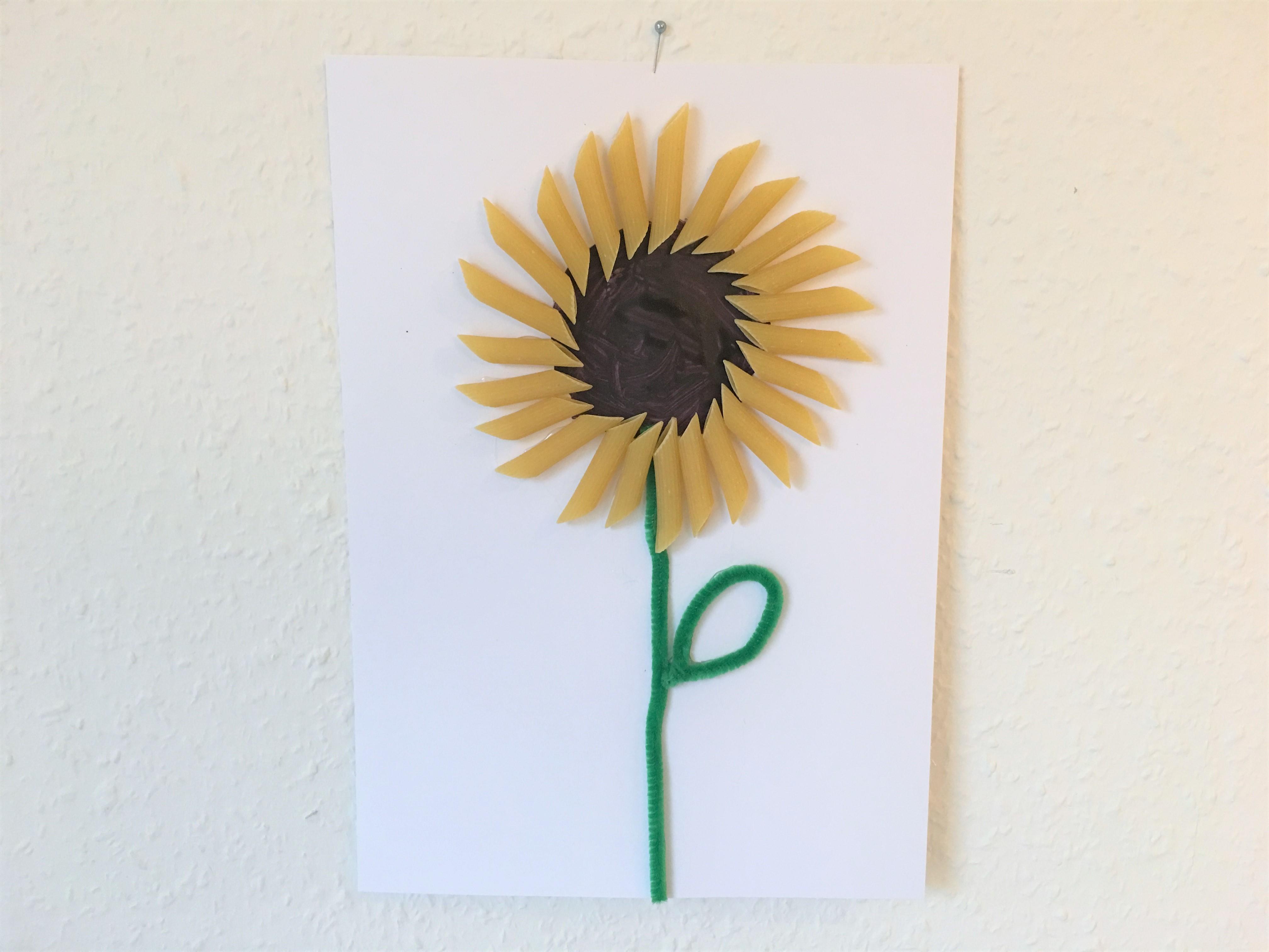sonnenblumen aus nudeln herbstbasteln mit kindern der familienblog f r kreative eltern. Black Bedroom Furniture Sets. Home Design Ideas