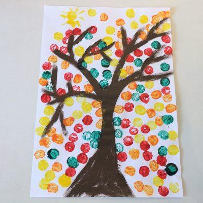 Herbstbaum mit Korken gestalten – Basteln mit Kindern