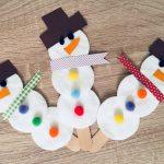 Schneemänner aus Eisstielen und Wattepads – Basteln mit Kindern