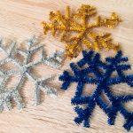 Schneeflocken aus Pfeiffenreiniger – Basteln mit Kindern