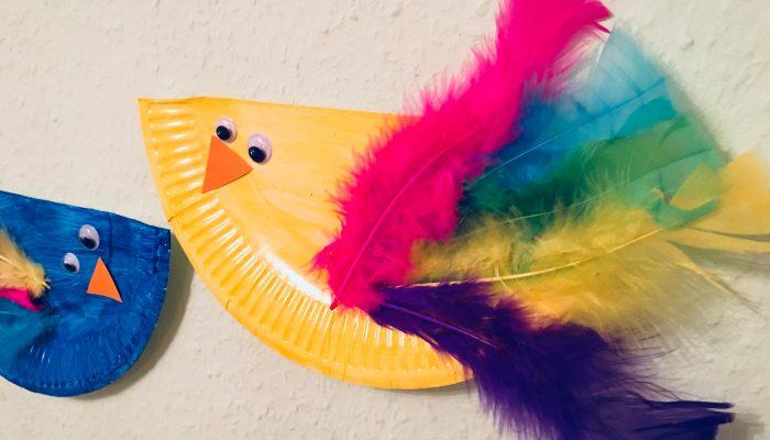 Kunterbunte Vögel aus Pappteller – Basteln mit Kindern