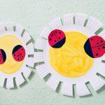 Blumen aus Pappteller für den Frühling – Basteln mit Kindern