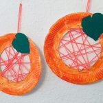 Fädelkürbis aus Pappteller – Basteln im Herbst