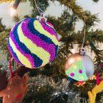 Mit Weihnachtsbaumkugeln basteln