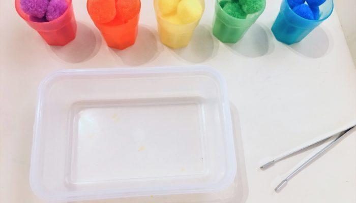 Farben sortieren in Bechern – Montessori