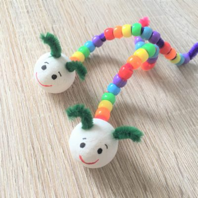 Raupe aus Pony Beads – Basteln mit Kindern