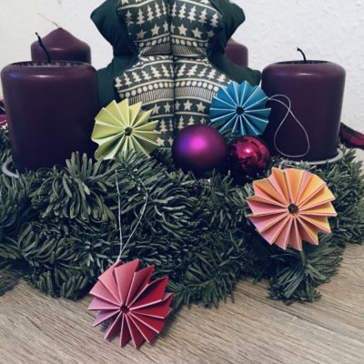 Kugeln aus Papier für den Weihnachtsbaum – Basteln mit Kindern