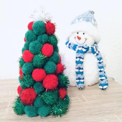 Weihnachtsbaum aus PomPoms – Basteln mit Kindern