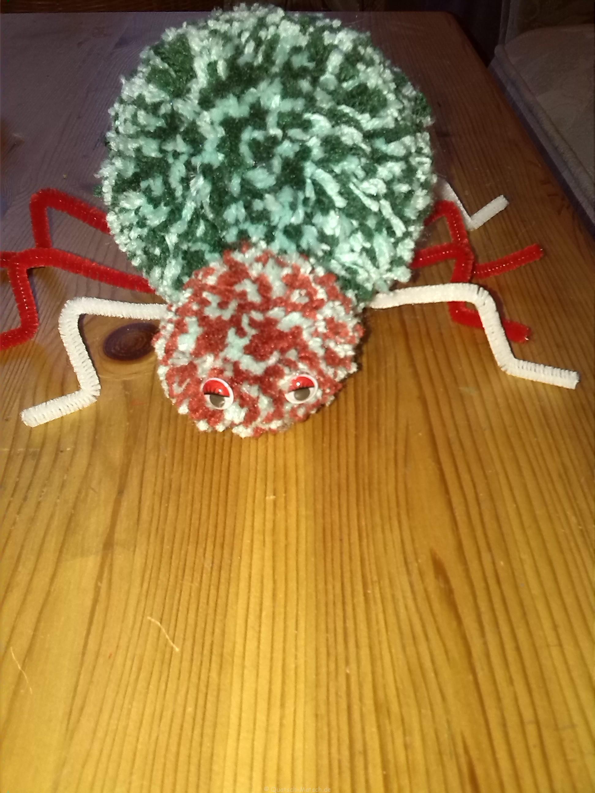 Spinne aus Pompons selbst basteln