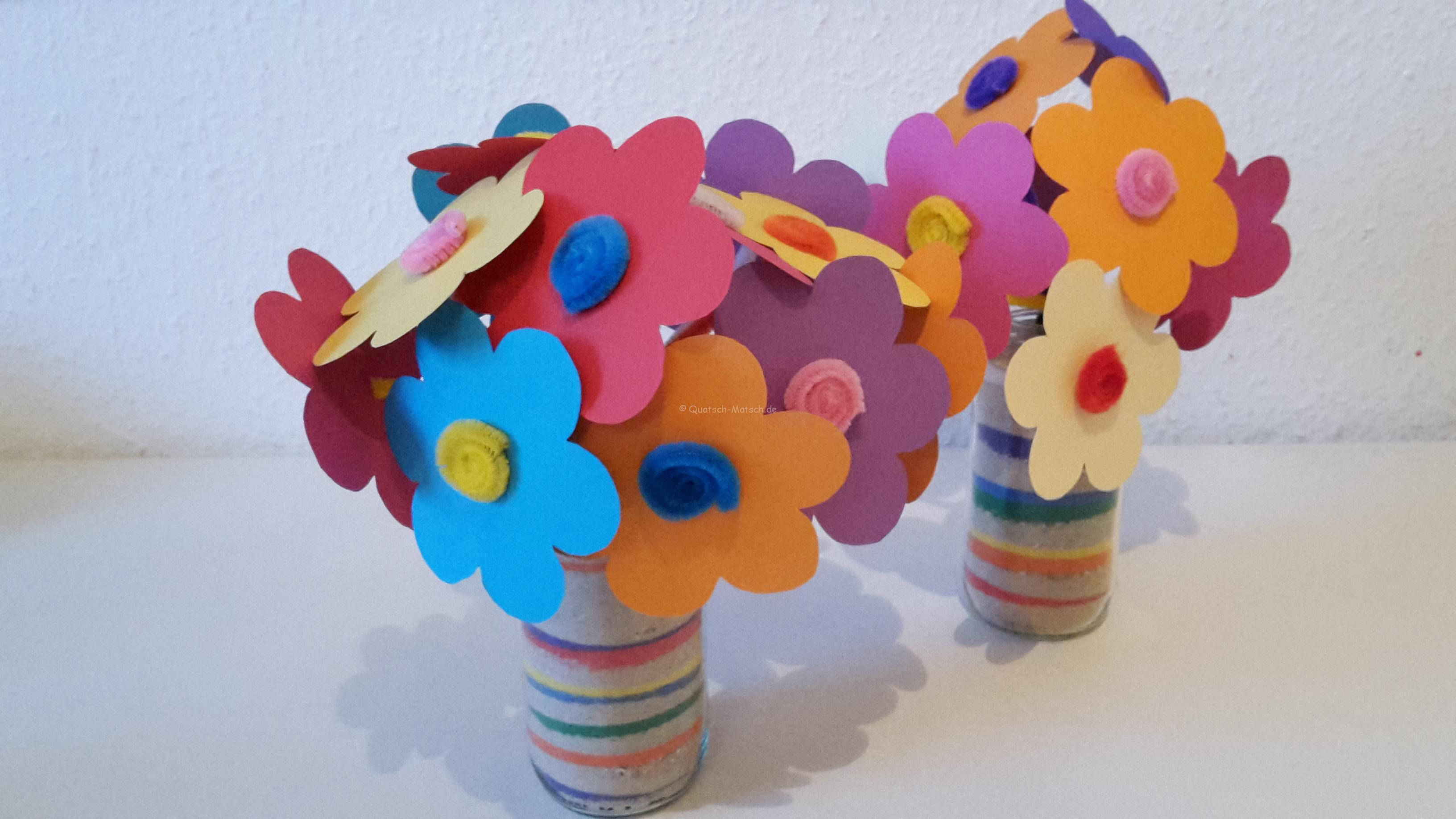 Frühlingsblumen in schöner Sandvase – DIY