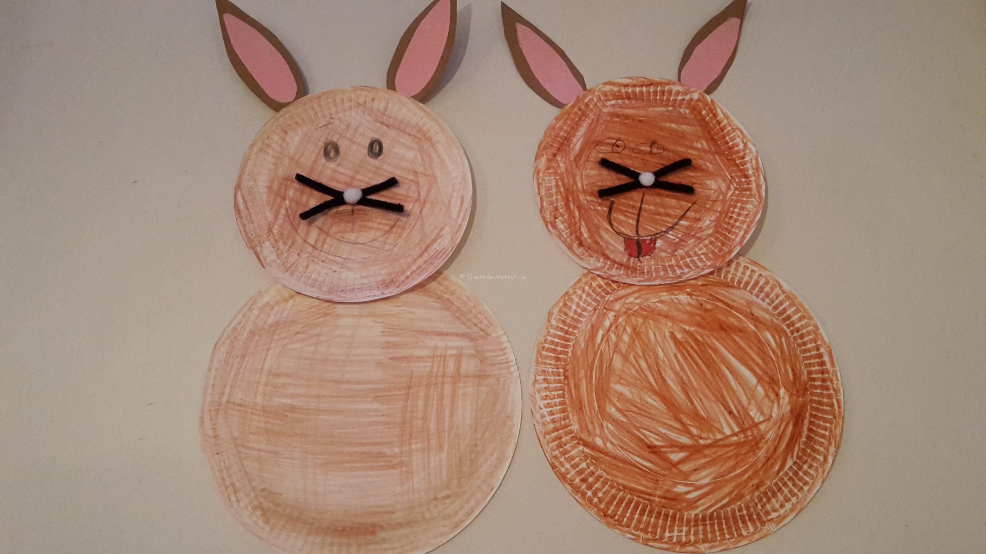 Osterhasen aus Papptelern basteln – Wanddeko