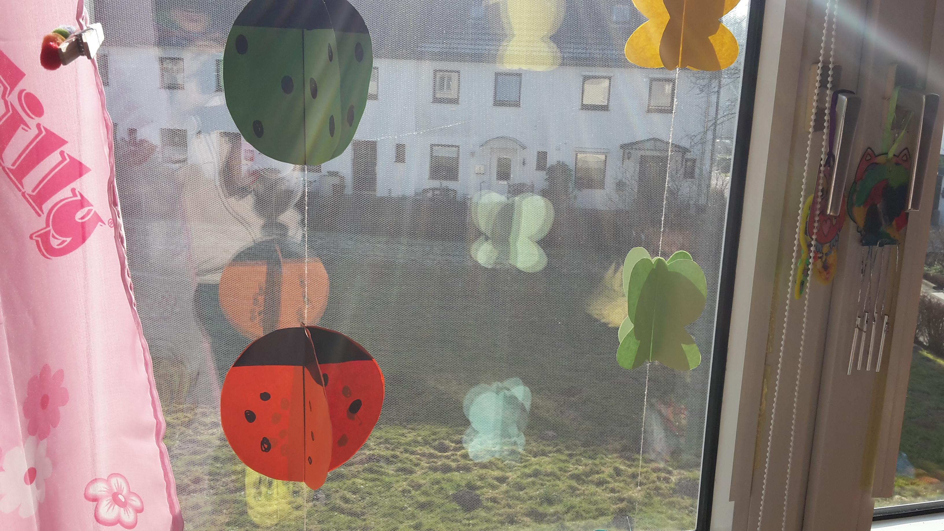 Marienkäfer und Schmetterlings Fensterdeko basteln