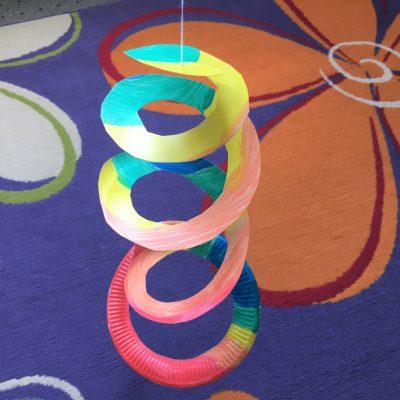 Windspiel aus Papptellern – Basteln mit Kindern