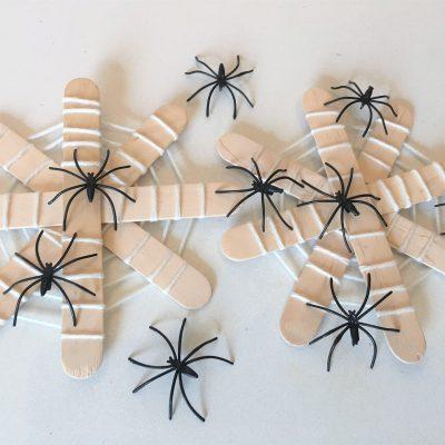 Spinnennetz mit Eisstäbchen – Basteln für Halloween