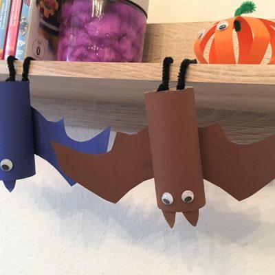 Fledermäuse aus Toilettenpapierrollen – Basteln für Halloween