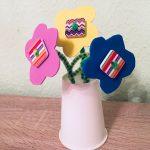 Bunte Blumen aus Moosgummi und Pfeiffenreiniger – Basteln mit Kindern