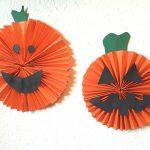 Grusel-Kürbis aus Papier – Basteln mit Kindern