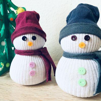 Sockenschneemann mit Kindern basteln – Weihnachtsdeko selber machen